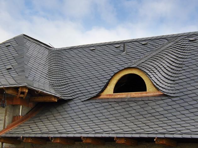 Štípaná břidlice (Dektrade) se uplatní při rekonstrukcích historických budov i novostavbách moderní architektury. Oblíbená je i její levnější varianta z recyklovaného plastu