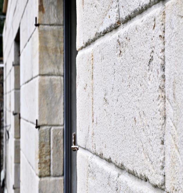 FASÁDY Z PŘÍRODNÍHO KAMENE Fasádní obklad z hořického pískovce. Kámen byl vytěžen z lomu v Podhorním Újezdě a zpracován v Ostroměři. Jedná se o kvalitní přírodní kámen se zřetelným probarvením, www.piskovce.cz