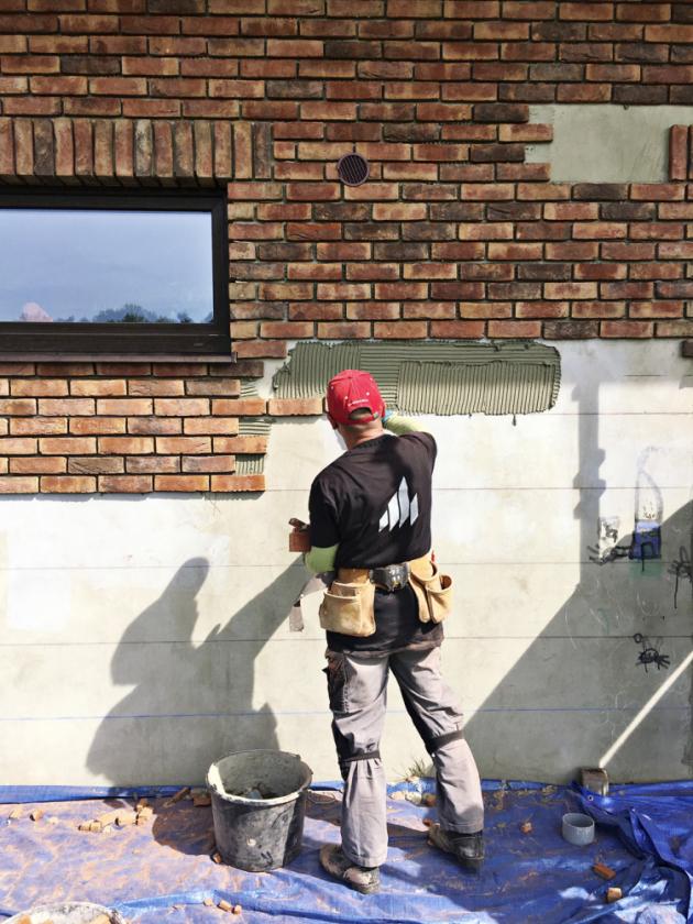 CIHELNÁ FASÁDA Cihelné obkladové pásky představují jednodušší variantu, jak dosáhnout vzhledu cihlového zdiva. Vyrábějí se řezáním z lícových cihel, tloušťka pásku je v rozmezí 20–25 mm, www.terca.cz