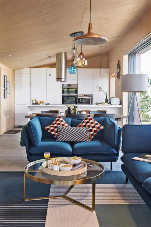 KUCHYŇ Ačkoli interiér odkazuje na zlatá šedesátá léta, kuchyň je řešena ryze současně