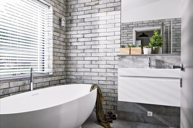 KOUPELNA Interiér koupelen je řešen minimalisticky, účelně a v přírodním stylu. Dvě menší koupelny jsou vybaveny sprchou, ovšem třetí velká uspokojí všechny, kdo milují horkou vanu plnou pěny