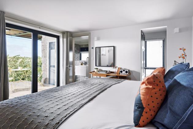 LOŽNICE Prostorné lůžko s vysokou matrací je zárukou kvalitního spánku a maximální míry relaxace