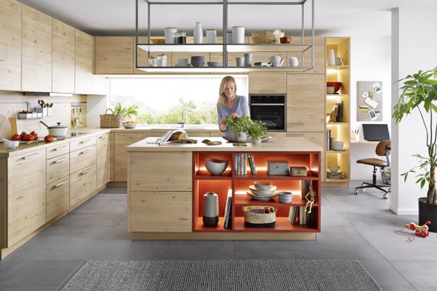 K úložným účelům je u kuchyně Lima (Schüller) z javorového dřeva využitá i konstrukce upevněná v podhledu, www.casamoderna.cz