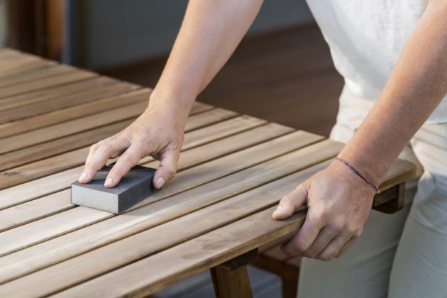 Aby nový nátěr dosahoval požadované kvality a dlouho vydržel, je potřeba dřevo a kov před natíráním vždy obrousit od předchozích nátěrů.
