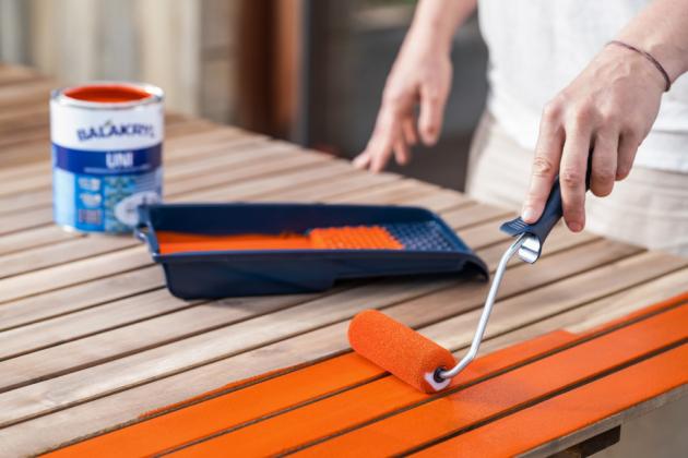 Trávíte svůj volný čas rádi na zahradě a baví vás ji neustále zvelebovat? Pokud se chystáte dát svým zahradním doplňkům nebo nábytku na terase nový nátěr, nezapomínejte si předtím jejich povrchy řádně připravit. A to platí pro všechny materiály – ať už jste se rozhodli natřít dřevěné posezení, kovovou branku nebo plastové hračky!