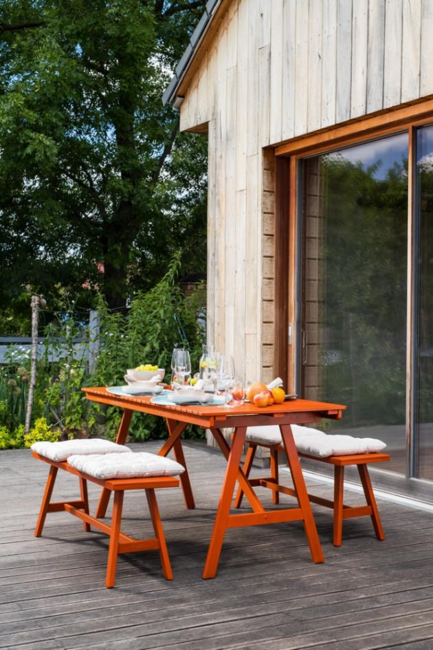 Zahradní terasa je oblíbeným místem společných setkávání s rodinou i přáteli. Musí proto vždy působit pohostinně, útulně a čistě. Dříve než propukne sezona grilování, je potřeba zkontrolovat, jestli váš dřevěný zahradní nábytek nepotřebuje nový nátěr.