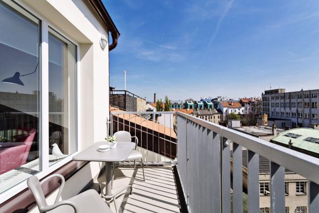 TERASA Další rozměr dává bytu terasa, na niž se vchází velkým francouzským oknem z hlavního obytného prostoru