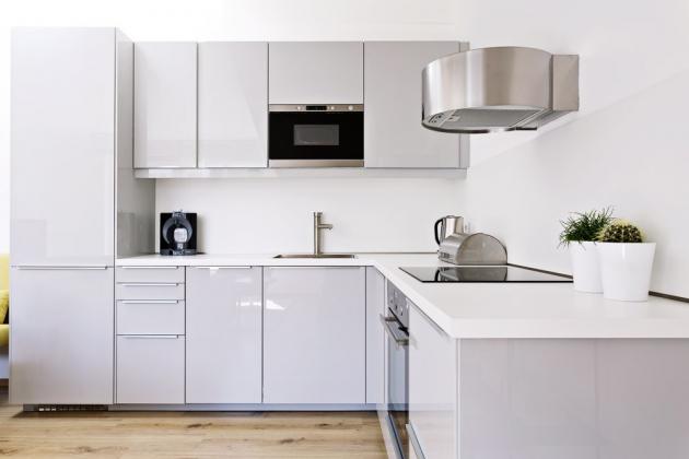 KUCHYŇ Jednoduchý design kuchyně z IKEA nenápadně doplňuje celý barevný koncept bytu