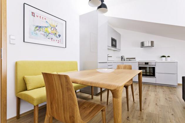 JÍDELNÍ KOUT Zajímavým prvkem prostoru je dřevěný stůl a židle z řady Figure od českého výrobce Situs. Hořčicová lavice pochází z dílny Ambience Design