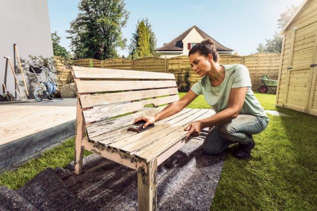 Kvalita, svěží vzhled, nadčasovost a kresba i struktura dřeva jsou jedny z mnoha předností, díky kterým si lidé pořizují zahradní nábytek právě z tohoto materiálu. Nižší odolnost vůči klimatickým vlivům však způsobí, že nábytek časem nevypadá příliš dobře a je třeba ho oživit
