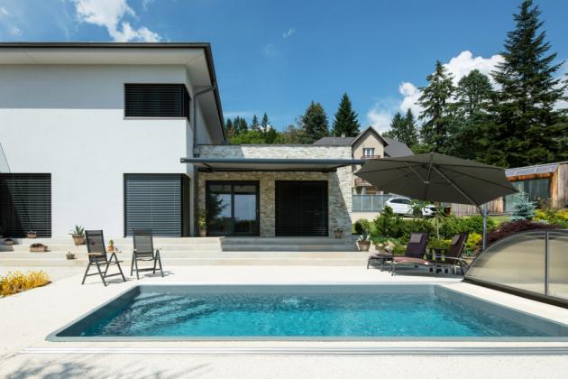 Výsledkem je moderně vypadající dům s členitým půdorysem, dispozičně řešený jako 5+1, který poskytuje dostatečně soukromí případně i dvěma generacím.