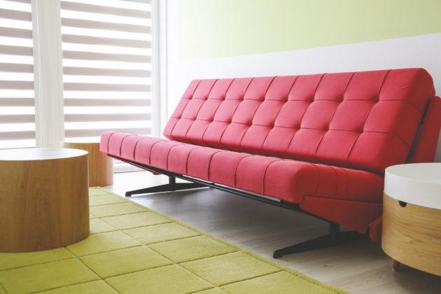 Červené doplňky jsou patrné vjídelně svelkým elegantním stolem a obývacím pokoji, jemuž dominuje kožená bordó sofa snádechem funkcionalismu, na kterou jsou majitelé náležitě pyšní.