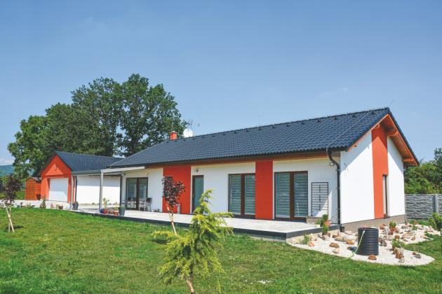 Majitelé prosvětleného domku nedaleko Chomutova měli na své nové bydlení velmi jednoduchý požadavek – prožít v něm pohodlné stáří. I proto vzdušná, nízkopodlažní dřevostavba plná světlých barev a s velkou terasou byla trefou do černého.