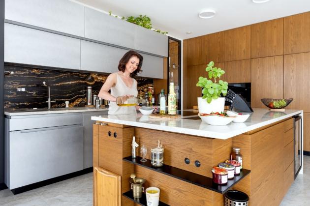 V komfortně vybavené kuchyni se potkává při práci Eva i s manželem, který je profesí kuchař. On je specialista na steaky, paní domu vaří českou klasiku