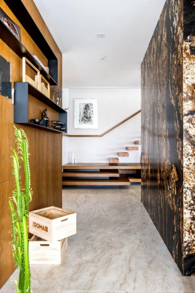 Žulový modul je krásnou dominantou, která částečně rozděluje přízemní prostor na obývák a kuchyň s jídelnou