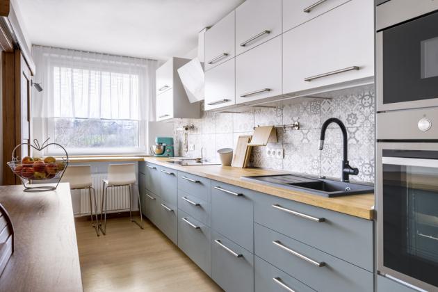Kuchyň z IKEA v olivové barvě hezky dotváří obklad s patchworkovým dekorem. Lucie ráda a často vaří, a tak přivítala i velkorysé úložné prostory, které sestava nabízí