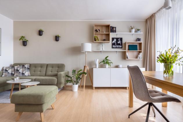 Designérce i mladému páru se společně podařilo vytvořit svěží a útulný interiér, který byste ve starším paneláku snad ani nehledali