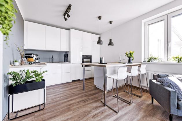 KUCHYŇ Bílou kuchyň z IKEA si majitelka navrhla sama. Sestavu doplňuje ostrůvek s deskou o rozměrech 180 × 212 cm, kterou vyráběl truhlář na zakázku