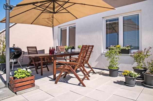 TERASA Terasa má stejnou rozlohu jako celý byt, což je pro zapálenou zahradnici Anetu nekonečný prostor k vyžití. Pěstuje tady květiny, keře, ale i bylinky a ovoce