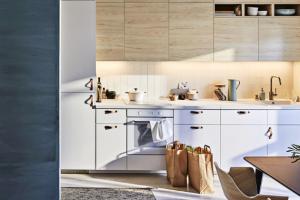 K oživení bílého nábytku Metod (IKEA) jsou použité u horních skříněk dvířka s dekorem dřeva a kožené úchyty, www.ikea.cz