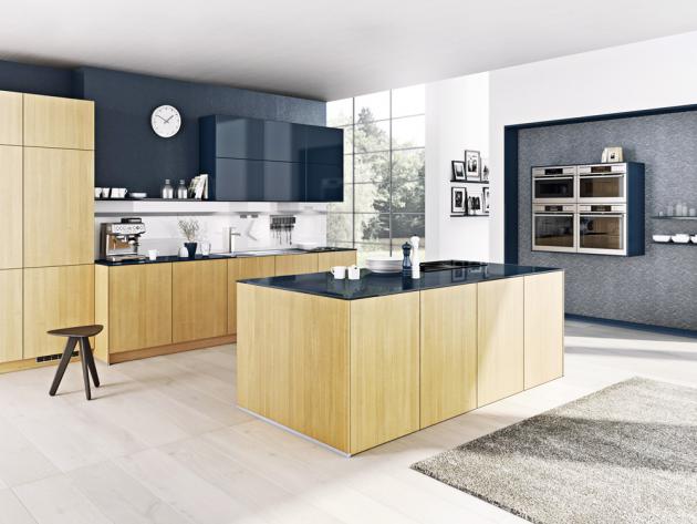 V kuchyni kombinované ze sestav Como a Pamplo (Bauformat) vytvářejí lesklé horní skříňky a pracovní deska v odstínu Navy s dekorem dřeva Luminoso zajímavý kontrast, www.oresi.cz