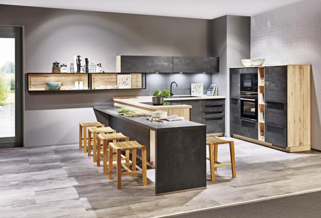 U kuchyňské sestavy Sandra (Siko) je použita kombinace tmavých ploch v matovém provedení s dekorem světlého dřeva, www.siko.cz
