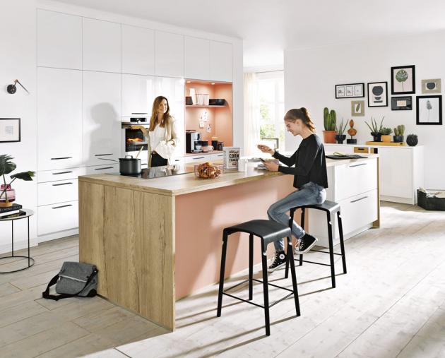U kuchyňské sestavy Fino (Schüller) je použita kombinace bílé s růžovou a dekorem dřeva. Barevné části obložené sklem se dají obměnit, www.schueller.cz