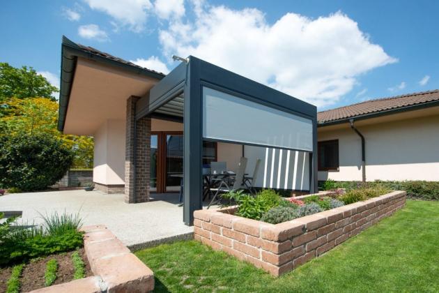 Svislá clona Unirol 100 Z se vyrábí na míru a používá se pro zastínění oken i hliníkových pergol | Climax.cz