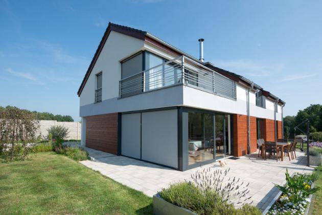 Svislá fasádní clona Roltex elegantně zastíní velkoformátová okna moderních domů | Climax.cz