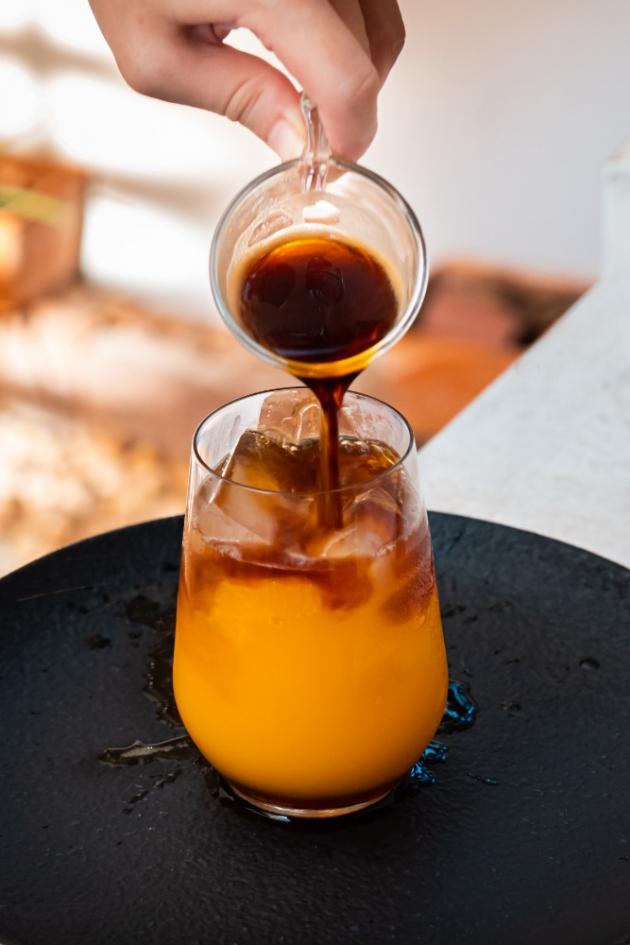 Mimořádně zajímavou kombinací chutí je ledová káva s pomerančem. I na tento osvěžující letní nápoj potřebujete espresso, kromě něj led a 2 dcl pomerančového džusu. Do dvou třetin sklenice dejte kostky ledu, na něj nalijte džus a poté kávu.