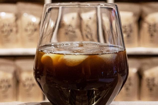 Z kávy se nemusí vždy jen kouřit. Zejména v létě osvěží neobvyklá, ale velmi chutná kombinace espressa se šťávou a ledem!