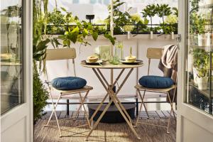 Set stolu a dvou skládacích židlí Saltholmen (IKEA), lakovaná ocel, více barevných provedení, cena 2 255 Kč, www.ikea.cz