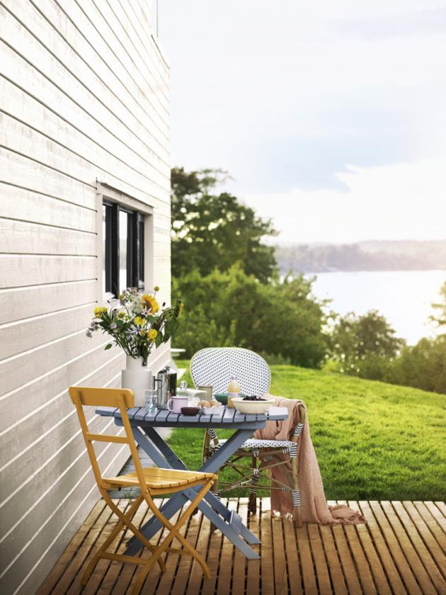 Jakmile vzduch začne vonět létem, přesouváme se z bytů na balkóny a terasy, které se stávají druhým domovem, oázou klidu a skvělým místem na večerní drink pod širým nebem. A velikost přitom není rozhodující.