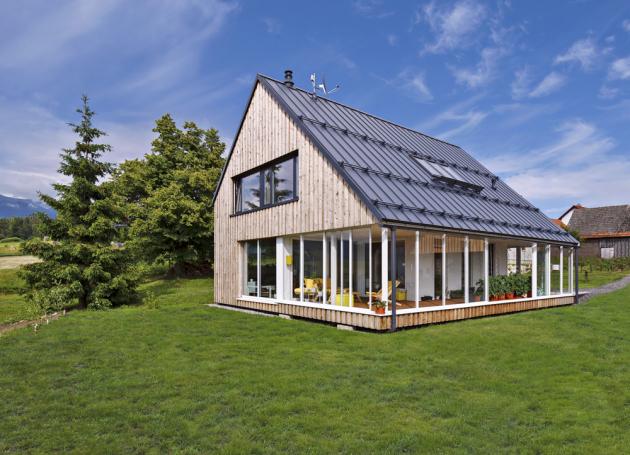 Velkoryse pojatá terasa rozšiřuje interiér domu o další obytnou zónu, kterou lze díky zasklení využívat celoročně