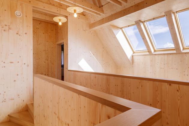 PATRO Do horního patra domu je situována noční klidová část. Příjemné proslunění sem vnášejí střešní okna umístěná nad galerií