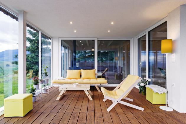 TERASA Žluté akcenty vnášejí do prostoru terasy jas a přívětivý tón a mile kontrastují s tmavým dřevem na podlaze