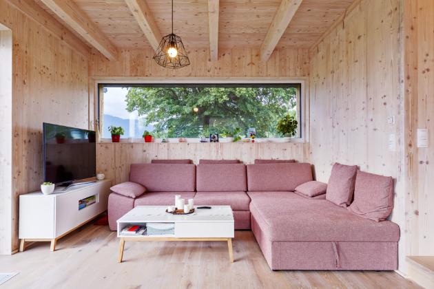 OBÝVACÍ POKOJ Světlé tóny interiérového vybavení vizuálně rozbijí velké dřevěné plochy, ovšem s dřevem zůstávají v symbióze