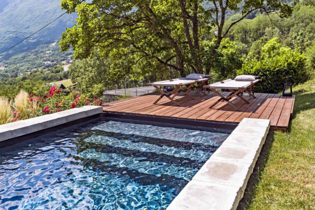 Obdélníkový bazén zapuštěný ve svahu, opatřený vyztuženou vložkou a vnitřním schodištěm přes celou šířku, www.desjoyaux.cz