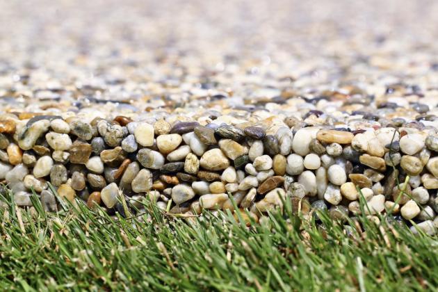 KAMENNÝ KOBEREC Kamínkový povrch Topstone je vhodný pro plochy pochozí v interiéru a exteriéru (chodníky, okolí bazénů) i pro plochy pojízdné, www.topstone.cz