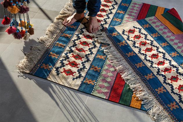 Barevný koberec s krátkým vlasem vhodný do dětského pokoje