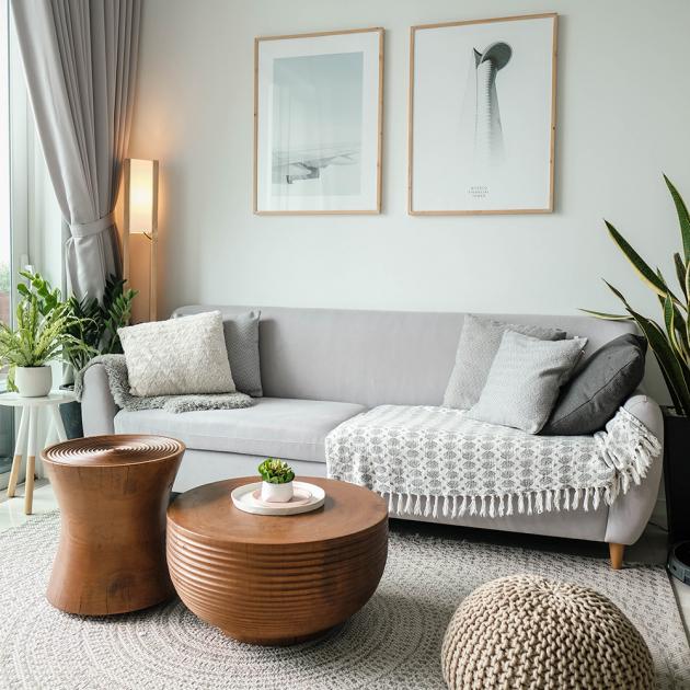 Moderně barevně sladěný interiér, kombinace šedé a dřeva