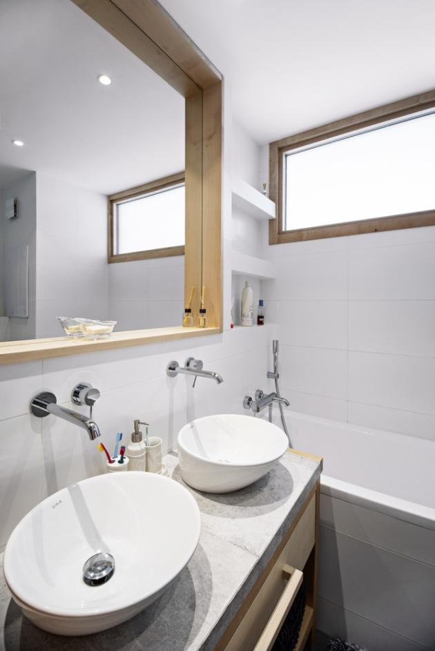 Jednoduchá nadčasová koupelna je s ohledem na čtyřčlennou domácnost vybavena dvěma umyvadly