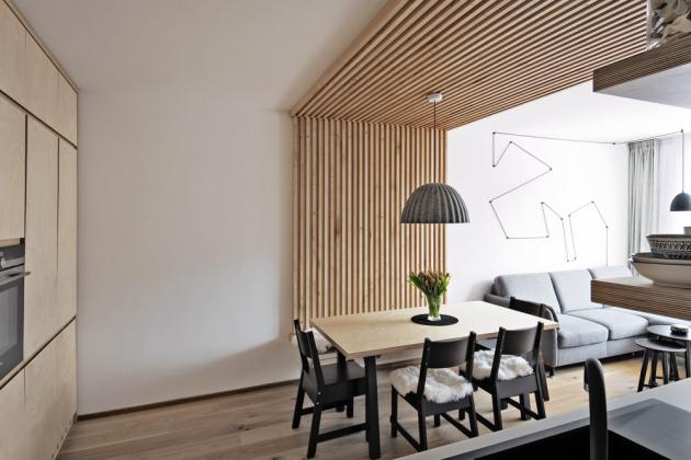 Jídelní a kuchyňskou část vymezuje obložení zdi a stropu z březových tyček