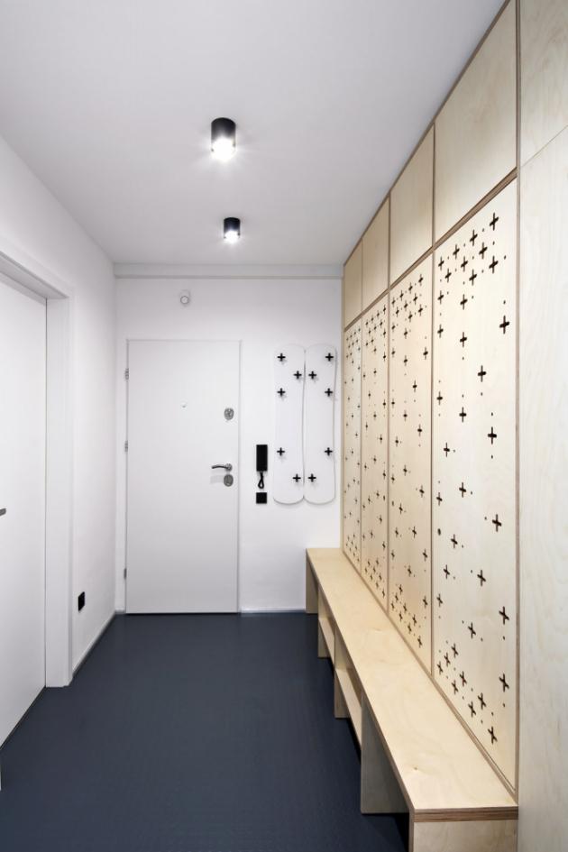 Na podlaze je použité průmyslové penízkové linoleum, které tak dobře odolává přezkáčům a tlumí hluk