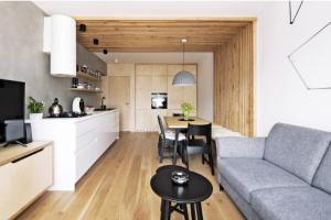 Ústředním materiálem je v bytě březová překližka, která udává příjemný dřevěný tón, jenž na hory bezesporu patří