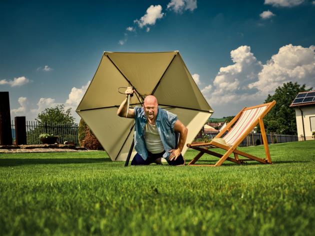 Slunečníků je na trhu nepřeberné množství, proto si každý může pořídit model přesně pro potřeby své zahrady, terasy či balkonu. Liší se od sebe velikostí, materiálem konstrukce a stínící části, tvarem i umístěním sluneční clony