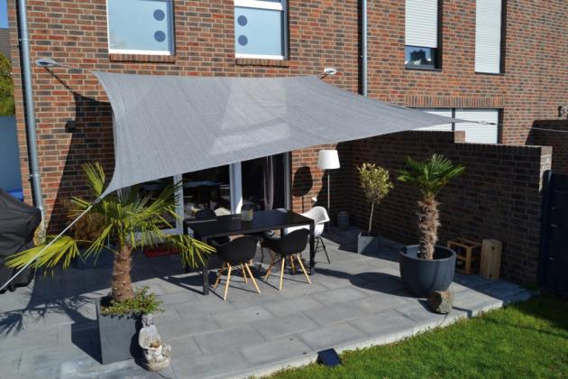 Dalším tipem, jak ochránit část zahrady, terasy či bazénu před slunečními paprsky a nadbytkem škodlivého UV záření, je sluneční plachta
