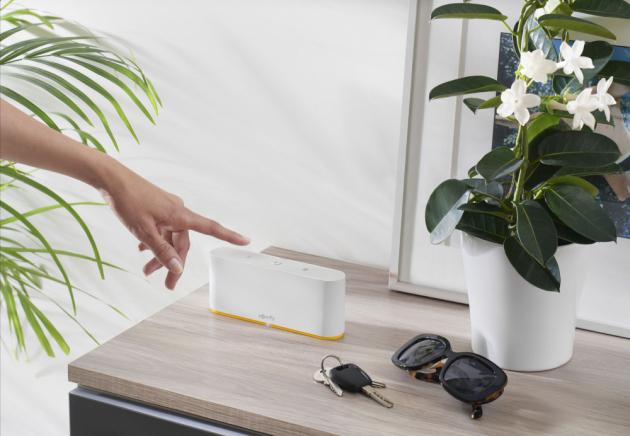 TaHoma switch je řídicí jednotka, která obdobně jako její starší sestra TaHoma premium umožňuje ovládat všechna zařízení v domácnosti prostřednictvím internetového připojení přímo z domova nebo vzdáleně odkudkoliv pomocí aplikace pro mobilní telefon či tablet.
