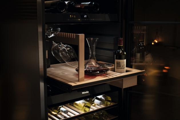 Stejně jako ostatní přístroje jsou i vinotéky Miele vyvinuty s důrazem na kvalitu, uživatelský komfort a působivý nadčasový vzhled. Najdete je ve volně stojící, vestavné i podstavné variantě a v provedení, které se dokonale přizpůsobí konceptu kuchyně či celého obytného prostoru.
