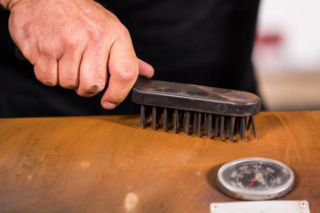 Povrch grilu je potřeba nejprve obrousit a zbavit všech nečistot. Poté si připravíme barvu. Otvíráme ji nejlépe speciálním otvírákem.